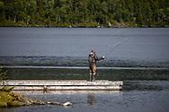 VILDMARKSVÄGEN JULI 2020<br /> Flugfiskare på bryggan i Fatmomakke. Det verkar vara många fiskare som bor på den campingen för att ha nära till den fiskrika Kultsjön.<br /> Foto: Per Danielsson/Projekt.P