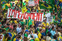 Os manifestantes comício para protestar contra o governo do presidente Dilma Rousseff, em Porto Alegre, Brasil, em 12 de abril de 2015. Dezenas de milhares de brasileiros saíram para manifestações domingos se opor presidente esquerdista Dilma Rousseff, um alvo de crescente descontentamento em meio a uma economia vacilante e um escândalo de corrupção maciça da gigante petrolífera estatal Petrobras. FOTO: Jefferson Bernardes/ Agência Preview