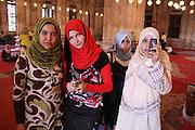 Skolebarn fra kairo på besøk i Mohammad Ali Pascha-moskeen, den er laget av alabast, og kalles også alabastmoskeen. Sto ferdig i 1848 og er et kujennemerke i Egypts hovedstad. Klassisk ottomansk stil og godt synlig der den ligger høyt oppe på festningsverket Citadellet (bygd av Saladin, Salah al-Din, på 1100-talletl. Foto: Bente Haarstad The Ottoman-style Muhammad 'Ali Mosque or Alabaster Mosque is the most noticeable in all of Cairo; for more than 150 years it has dominated the skyline.