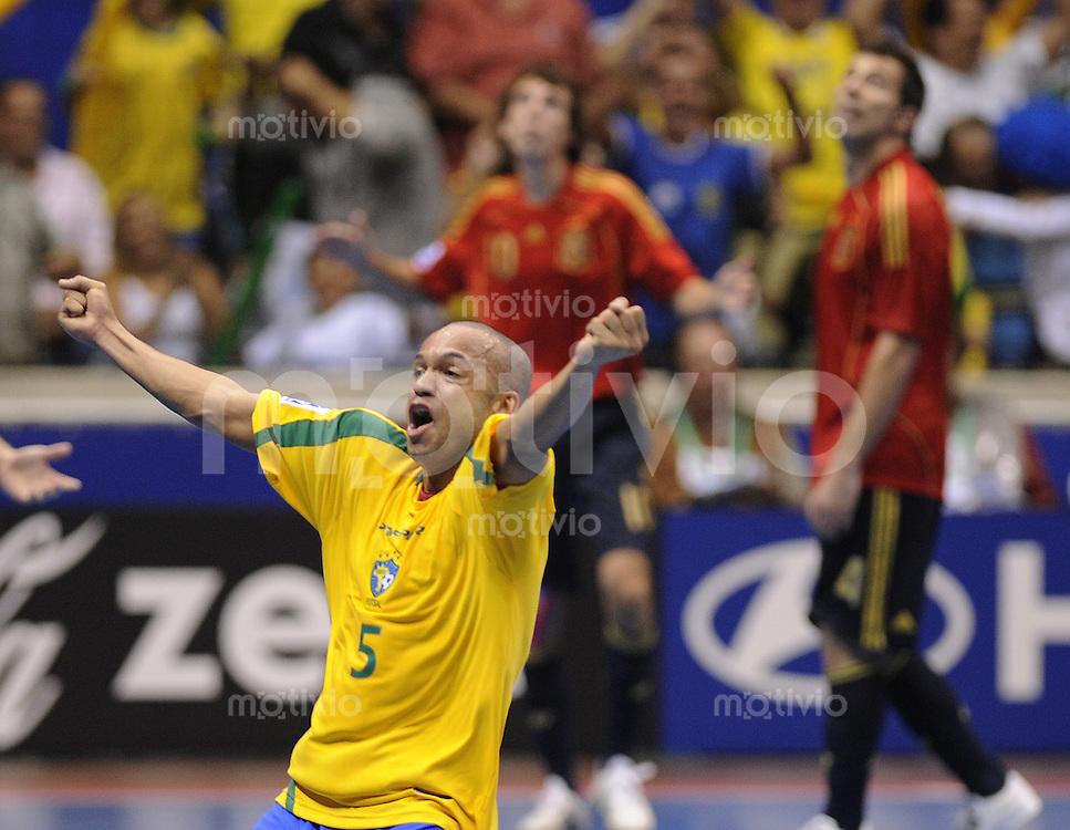 Fussball  International  FIFA  FUTSAL WM 2008   19.10.2008 Finale Brasilien - Spanien Brazil -  Spain Cico (BRA) jubelt nach dem 2-1