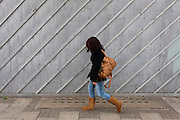 Een meisje loopt langs een schutting in de Londense wijk Islington.<br /> <br /> A girl is walking at a fence in the London district Islington.