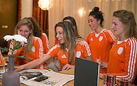ZWOLLE - Bitje happen voor de vrouwen van het Nederlands hockeyteam, Het aanmeten van een mondbeschermer. in aanloop van de Champions Trophy in Mendoza (Argentinie).  COPYRIGHT KOEN SUYK