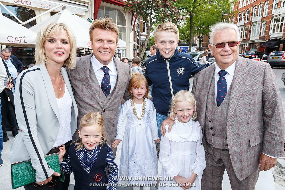 NLD/Amsterdam/20150526 - Boekpresentatie Huisje, Boompje, Buikje van Bastiaan Ragas, vader Ben Ragas, met partner Tooske Breugem en kinderen Sem, Leentje, Feline Hanneke en Catoo