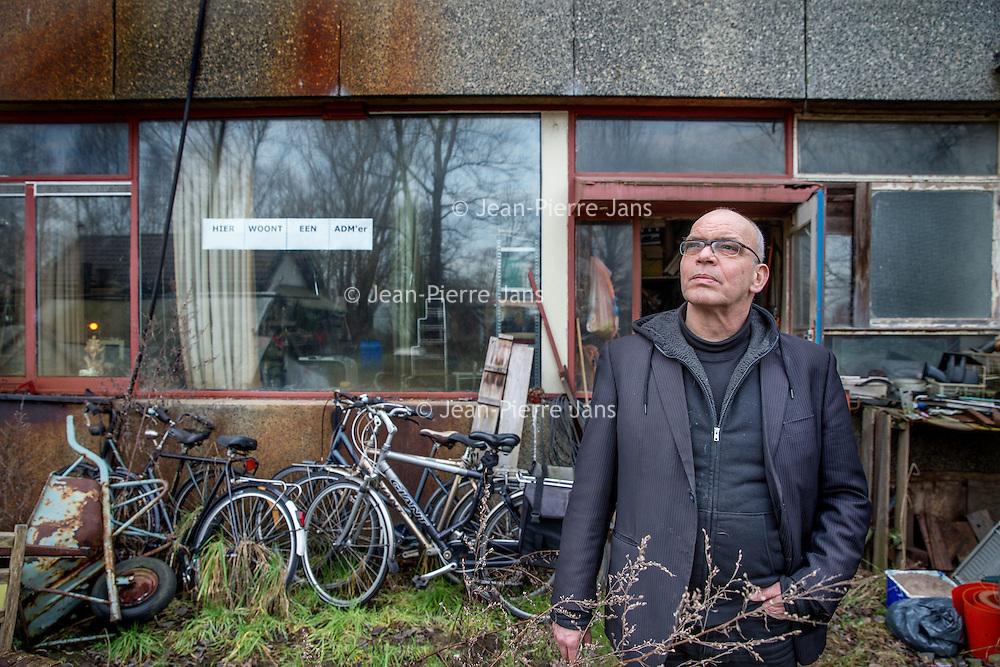Nederland, Amsterdam, 2 februari 2017.<br />ADM terrein in Diep.<br />De vestiging van een bedrijf op het gekraakte ADM-terrein is een stapje dichterbij. Er is door de gemeente bepaald dat een plan van de eigenaar van het terrein voldoet aan het kettingbeding. Dat zijn voorwaarden die de gemeente heeft opgelegd aan de eigenaren.<br />Het bedrijf dat zich wil vestigen is bergingsbedrijf Koole Maritiem. Het bedrijf wil op het terrein een scheepswerf vestigen. Ze willen er onderhouds-, reparatie- en revisiewerkzaamheden uitvoeren. Er ligt nu ook een aanvraag voor een omgevingsvergunning. Deze is nog in behandeling. De verwachting is niet dat de aanvraag op korte termijn zal volgen.<br />Van dat de krakers binnen korte tijd weg zouden moeten, is geen sprake. Wel komen ambtenaren van de gemeente binnenkort langs op het ADM-terrein voor een schouw. Dit hoort bij de procedure van de omgevingsvergunning. <br />Buiten ruim zeventig bewoners van de culturele vrijplaats, zitten er nog zo'n tweehonderd bewoners buiten de hekken van het ADM-terrein. Het is in principe niet de bedoeling dat die 'buitenhekkers' daar verblijven en zullen op termijn daar weg moeten. Maar daarvoor is ook geen deadline gesteld.<br />Sinds 1970 wordt er al gesteggeld over het terrein. Het is toen verkocht door de gemeente aan ADM.<br />Op de foto: ADM bewoner van het eerste uur Hay Schoolmeesters voor zijn woning op het ADM terrein.<br /><br /><br />Foto: Jean-Pierre Jans
