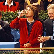 Opname Kerstkado, prins Pieter - Christiaan, prinses Margriet wijn drinkend en Mr. Pieter van Vollenhoven