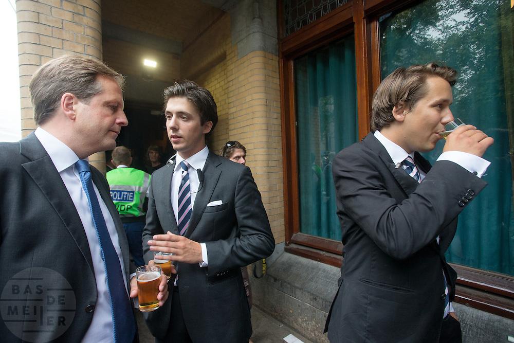 Alexander Pechtold (links) drinkt een biertje met studenten na afloop van het debat. In Utrecht vindt tijdens de introductiedagen het eerste lijsttrekkersdebat plaats voor de Tweede Kamerverkiezingen. Diederik Samsom (PvdA), Alexander Pechtold (D'66), Arie Slob (ChristenUnie), Jolande Sap (GroenLinks) en Sybrand Buma (CDA) discussieerden vooral over de zaken die studenten aangaan. Pechtold en Samsom wonnen samen het debat.<br /> <br /> Alexander Pechtold (left) is drinking a beer with students after the debate. At the introduction days for the Utrecht University freshmen, political leaders are debating for the first time to start the campaign for the elections of the Dutch parliament. Diederik Samsom (PvdA), Alexander Pechtold (D'66), Arie Slob (ChristenUnie), Jolande Sap (GroenLinks) and Sybrand van Haersma Buma (CDA) are debating mainly on issues concerning education. Samsom and Pechtold won this debate equally.