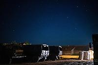 Michalowo, woj. podlaskie, 27.09.2021. Elementy do budowy plotu z drutu kolczastego na granicy polsko-bialoruskiej zgromadzone przed placowka Strazy Granicznej. N/z nocny zaladunek elementow do budowy plotu na wojskowa ciezarowke, wojskowe ciezarowki fot Michal Kosc / AGENCJA WSCHOD
