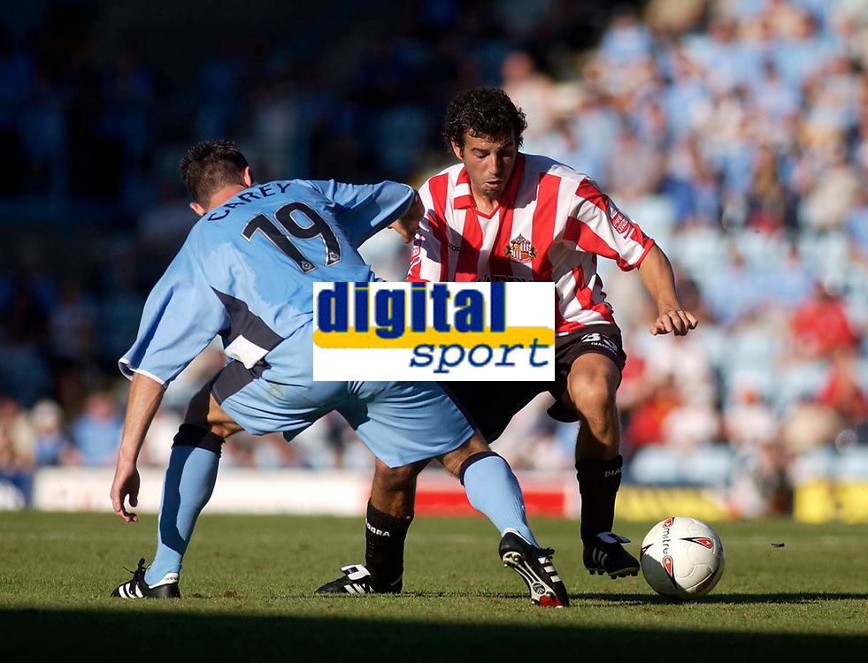 Fotball<br /> England 2004/2005<br /> Foto: SBI/Digitalsport<br /> NORWAY ONLY<br /> <br /> Coventry City v Sunderland<br /> Coca Cola Championship. 07/08/2004.<br /> Sunderland's Julio Arca (R) shields the ball from Coventry's Louis Carey
