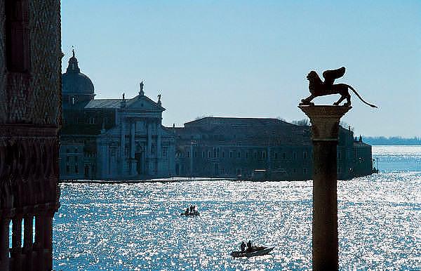 Italie, Venetie, 8-3-2008Standbeeld van de Venetiaanse leeuw van venetië, op het San Marco plein, uitkijkend over de lagune. Foto: Flip Franssen