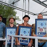 NLD/Almere/20120531 - Concert Racoon in the Sky, Racoon met hun plaitina album