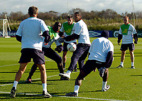 Fotball<br /> Foto: SBI/Digitalsport<br /> NORWAY ONLY<br /> <br /> England trener foran helgas landskamp<br /> 06.10.2004<br /> <br /> England's possible central defensive partnership of Sol Campbell (L) and Rio Ferdinand work in tandem during training.