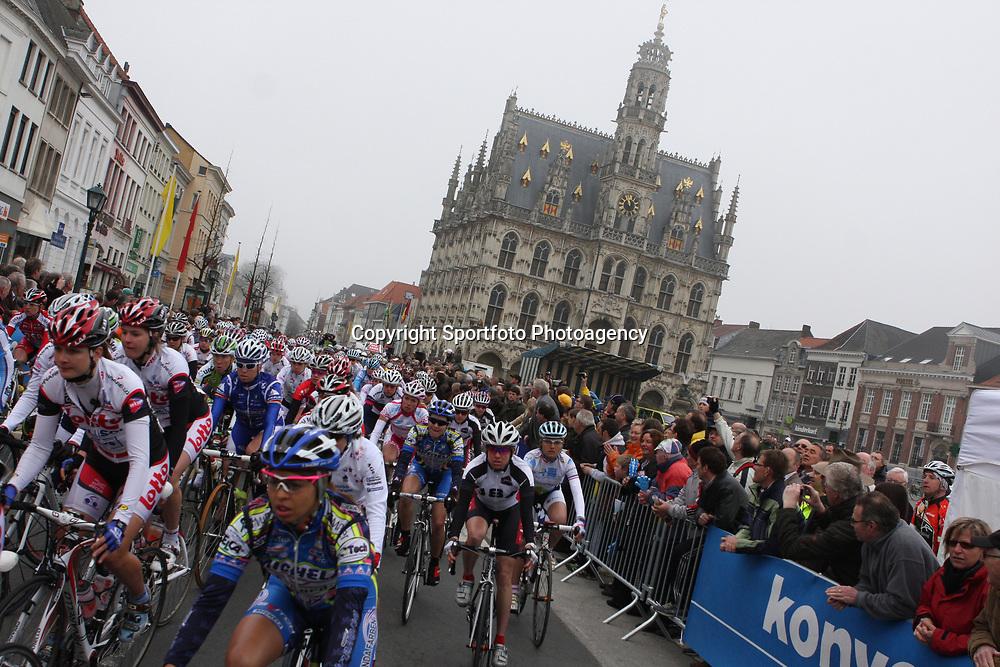 Sportfoto archief 2006-2010<br /> 2009<br /> The peloton leaving Oudenaarde for there worldcup race ronde van Vlaanderen