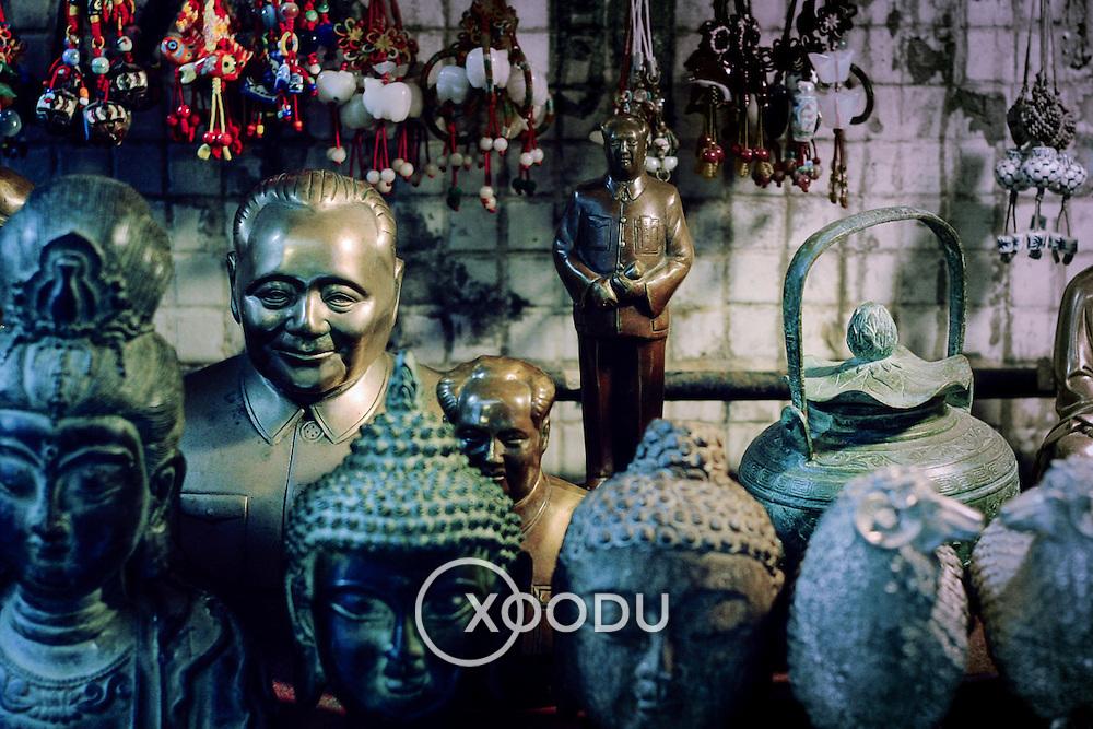 Chairman mao vs buddha, Hong Kong, China (January 2006)