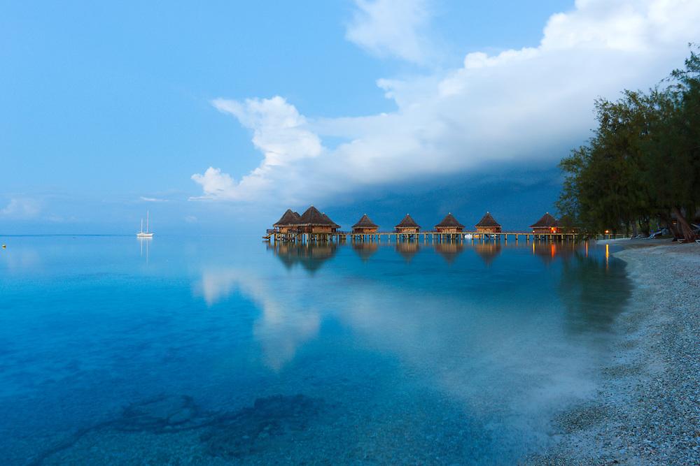 Plácidas aguas de Rangiroa al amanecer, Archipiélago Tuamotu, Polinesia Francesa