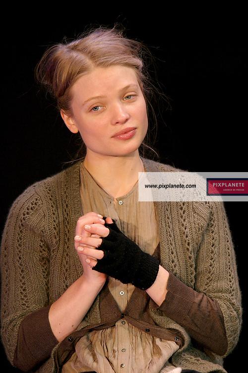 Mélanie Thierry au théâtre des Mathurins pour la pièce -Le vieux juif blonde- - JSB / PixPlanete - 6 / 6 /2006