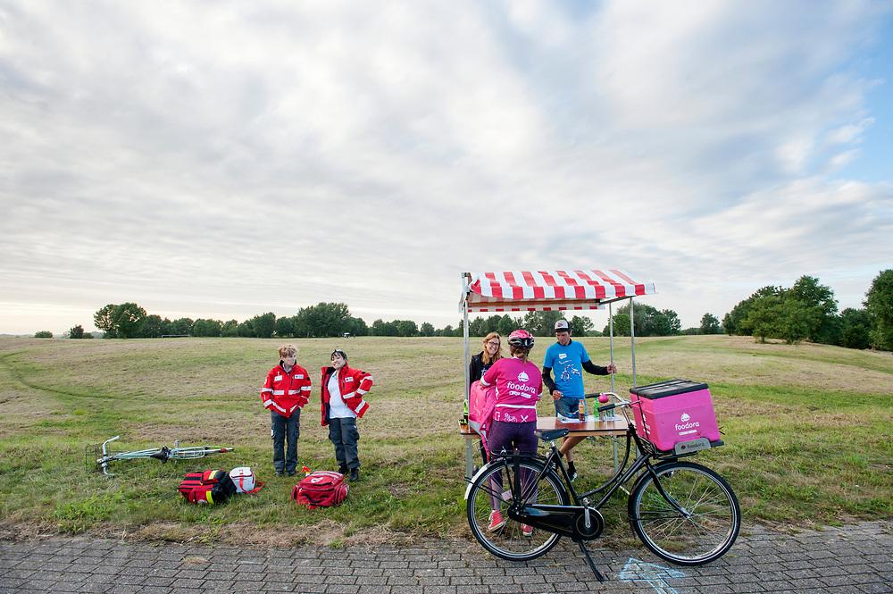 Een koerier haalt een opdracht op bij een checkpoint. In Nieuwegein wordt het NK Fietskoerieren gehouden. Fietskoeriers uit Nederland strijden om de titel door op een parcours het snelst zoveel mogelijk stempels te halen en lading weg te brengen. Daarbij moeten ze een slimme route kiezen.<br /> <br /> A messenger picks up an assignment at a checkpoint. In Nieuwegein bike messengers battle for the Open Dutch Bicycle Messenger Championship.