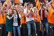 Nederlandse Olympische ploeg komt thuis en wordt gehuldigd op het plein voor Station Den Bosch.<br /> <br /> Op de foto:  Krystl , Nick en Simon en Ali B met de nederlandse sporters