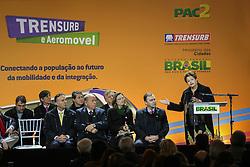 A presidente Dilma Rousseff participa da cerimônia de inauguração do aeromóvel, que interliga a estação da Trensurb ao Aeroporto Salgado Filho, em Porto Alegre (RS), neste sábado. Acompanhada do Ministro das Cidades, Aguinaldo Ribeiro, Dilma fez a viagem inaugural do primeiro aeromóvel do país, produzido com tecnologia nacional. Participam também do evento o governador do Estado, Tarso Genro, e o prefeito da Capital, José Fortunati. FOTO: Jefferson Bernardes/Preview.com