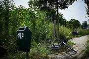 Kapotte fietsen lansg de weg - Broken bicycle along the road