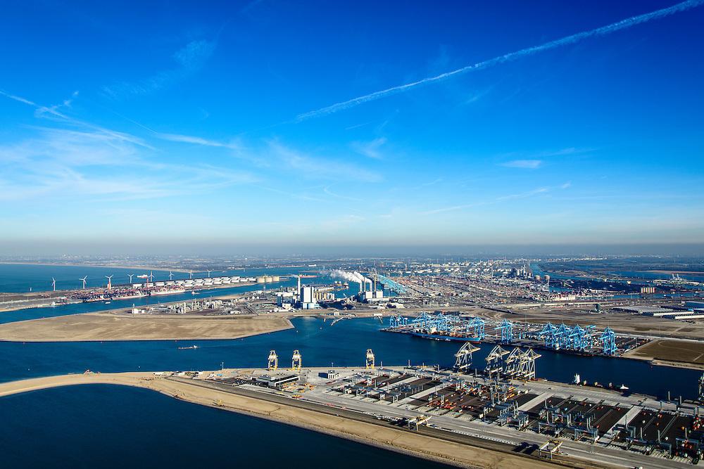Nederland, Zuid-Holland, Rotterdam, 18-02-2015; Tweede Maasvlakte met de Prinses Alexiahaven (voorgrond), Prinses Prinses Arianehaven (midden links), Prinses Amaliahaven en  (midden rechts). in  de achtergrond. Containerterminals van Rotterdam World Gateway (RWG) en APM Terminals Rotterdam-MV II (APMT). Middenplan de eerste Maasvlakte met ECT en centrales van E.ON, links de Yangtzehaven.<br /> Maasvlakte 2 (MV2), extension of the Port of Rotterdam, new harbors and constructing of container terminals.<br /> luchtfoto (toeslag op standard tarieven);<br /> aerial photo (additional fee required);<br /> copyright foto/photo Siebe Swart