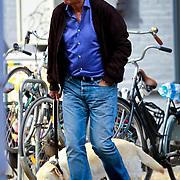 NLD/Amsterdam/20110905 - Robert ten Brink aan het wandelen met zijn hond