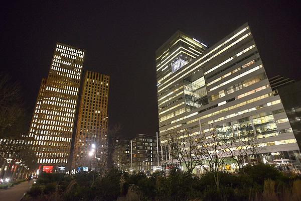 Nederland, Amsterdam, 16-3-2013Serie beelden van de zuidas en rondweg a10 vanuit een hoge lokatie, het anb-amro gebouw.De Ito-toren, ontworpen door de architect Toyo Ito, maakt deel uit van het Mahler4-complex aan het Gustav Mahlerplein in het Zuidas-gebied te Amsterdam.De Ito toren vormt, samen met het gebouw Viñoly, een kloof tussen de gebouwen van Mahler4. Het is een van de hoogste gebouwen aan de Zuidas. In de Itotoren zijn verscheidene bedrijven gevestigd, waaronder Accenture en Houthoff Buruma.Foto: Flip Franssen/Hollandse Hoogte