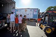 De flight case met de VeloX3 wordt uitgeladen. Het Human Power Team Delft en Amsterdam is aangekomen in Battle Mountain en begint met de voorbereidingen. In Battle Mountain (Nevada) wordt ieder jaar de World Human Powered Speed Challenge gehouden. Tijdens deze wedstrijd wordt geprobeerd zo hard mogelijk te fietsen op pure menskracht. Ze halen snelheden tot 133 km/h. De deelnemers bestaan zowel uit teams van universiteiten als uit hobbyisten. Met de gestroomlijnde fietsen willen ze laten zien wat mogelijk is met menskracht. De speciale ligfietsen kunnen gezien worden als de Formule 1 van het fietsen. De kennis die wordt opgedaan wordt ook gebruikt om duurzaam vervoer verder te ontwikkelen.<br /> <br /> The Human Power Team Delft and Amsterdam has arrived in Battle Mountain and is preparing for the races. In Battle Mountain (Nevada) each year the World Human Powered Speed Challenge is held. During this race they try to ride on pure manpower as hard as possible. Speeds up to 133 km/h are reached. The participants consist of both teams from universities and from hobbyists. With the sleek bikes they want to show what is possible with human power. The special recumbent bicycles can be seen as the Formula 1 of the bicycle. The knowledge gained is also used to develop sustainable transport.