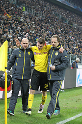 24.02.2015, Veltins Arena, Turin, ITA, UEFA CL, Juventus Turin vs Borussia Dortmund, Achtelfinale, Hinspiel, im Bild Lukasz Piszczek #26 (Borussia Dortmund) verlaesst verletzt das Spielfeld und wird gestuetzt // during the UEFA Champions League Round of 16, 1st Leg match between between Juventus Turin and Borussia Dortmund at the Veltins Arena in Turin, Italy on 2015/02/24. EXPA Pictures © 2015, PhotoCredit: EXPA/ Eibner-Pressefoto/ Kolbert<br /> <br /> *****ATTENTION - OUT of GER*****