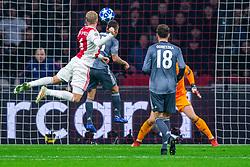 12-12-2018 NED: Champions League AFC Ajax - FC Bayern Munchen, Amsterdam<br /> Match day 6 Group E - Ajax - Bayern Munchen 3-3 / Donny van de Beek #6 of Ajax, Mats Hummels #5 of Bayern Munich