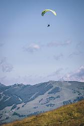 THEMENBILD - Tandem Paragleiter auf der Schmittenhöhe. Ein beliebtes Ausflugsziel für Wanderer, aufgenommen am 30. Juli 2020, Zell am See, Österreich // Tandem Paraglider on the mountain Schmitten. A popular excursion destination for hikers on 2020/07/30, Zell am See, Austria. EXPA Pictures © 2020, PhotoCredit: EXPA/ JFK