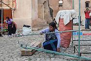 Messico,Chapas,San Cristóbal de Las Casas, Donne smontano i banchi del mercato davanti alla chiesa di Santo Domingo.Mexico, Chiapas, San Cristobal de Las Casas, Women dismantle the market stalls in front of the church of Santo Domingo.
