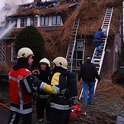 Brand in woning met rieten kap Groene Gerritsweg 17 Laren.rook, overleg, officieren, middelbrand, waterstraal, blussen