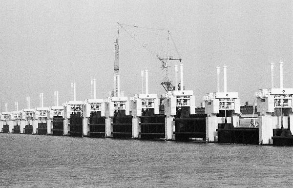 Nederland, Neeltje Jans, 15-6-1986De water doorlaatbare stormvloedkering in de oosterschelde is bijna klaar.Foto: Flip Franssen/Hollandse Hoogte