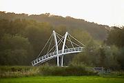 Nederland, Ubbergen, 23-9-2011Over de provinciale weg N325 is een voetgangersbrug geplaatst die de bossen en heuvels bij Beek en Ubbergen verbindt met de ooijpolder. Foto: Flip Franssen/Hollandse Hoogte
