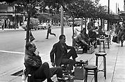 Griekenland, Thessaloniki, 24-9-1973Schoenpoetsers zitten langs de straat te wachten op klanten.Het is ten tijde van het kolonelsregime, 1967- 1973, en er komen weinig toeristen naar Griekenland.Foto: Flip Franssen/Hollandse Hoogte