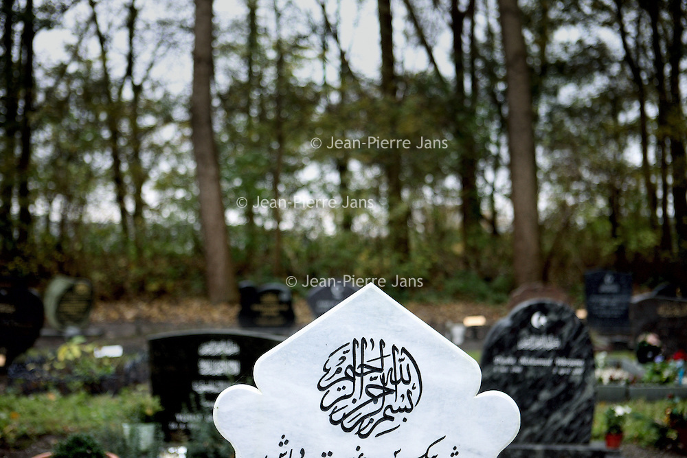 Nederland, Amsterdam , 9 november 2010..Het Islamitische gedeelte van begraafplaats (kerkhof) Westgaarde aan de Ookmeerweg..Islamic part of the cemetery (graveyard) Westgaarde in Amsterdam-West.