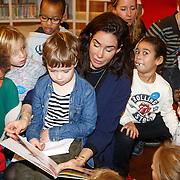 NLD/Amsterdam/20151110 - Boekpresentatie Sinterklaasboeken geschreven door Bn-ers, Halina Reijn leest voor aan kleine kinderen