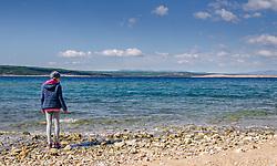 THEMENBILD - Ein Kind steht am Strand von Crikvenica, Kroatien, aufgenommen am 19. April 2017, Crikvenica, Kroatien // A child stands on the beach in Crikvenica, Croatia, on 2017/04/19, Crikvenica, Croatia. EXPA Pictures © 2017, PhotoCredit: EXPA/ Stefanie Oberhauser