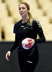 19-12-2015 DEN: World Championships Handball 2015 Training Oranje, Herning<br /> Na een rustige training werd er een persmoment gehouden / Lois Abbingh #8