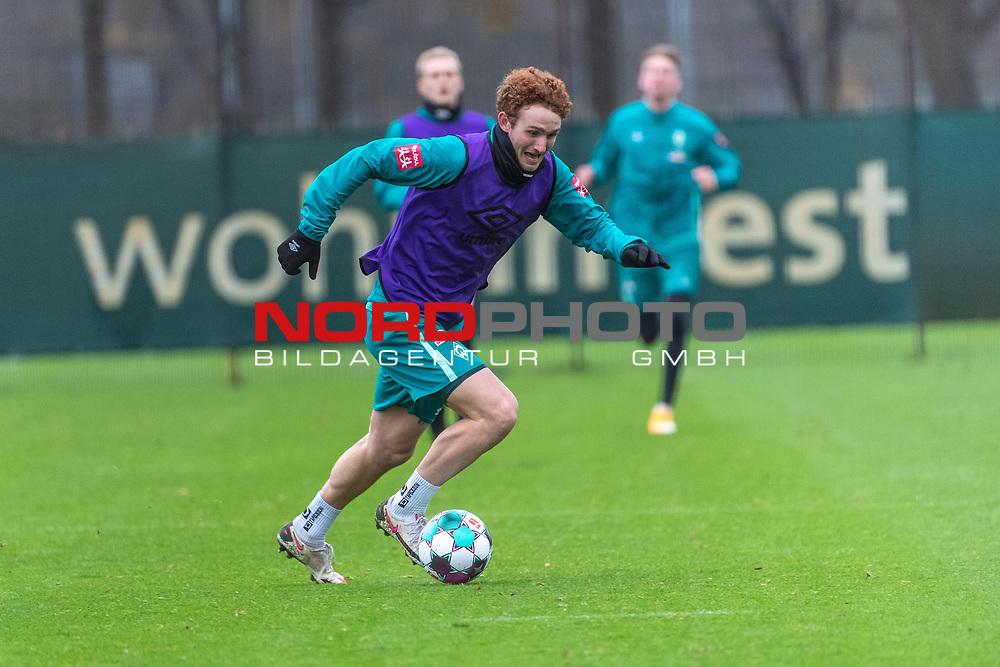 17.11.2020, Trainingsgelaende am wohninvest WESERSTADION - Platz 12, Bremen, GER, 1.FBL, Werder Bremen Training<br /> <br /> Joshua Sargent (Werder Bremen #19)<br /> <br /> Einzelaktion, Ganzkörper / Ganzkoerper, Ball am Fuss, Querformat<br /> <br /> <br /> <br /> Foto © nordphoto / Kokenge