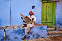 Inde, Rajasthan, Jodhpur la ville bleue, homme lisant le journal // India, Rajasthan, Jodhpur, the blue city, man reading newspaper
