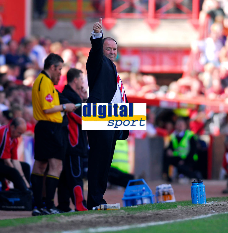 Photo: Leigh Quinnell.<br /> Bristol City v Rotherham United. Coca Cola League 1. 05/05/2007. Bristol City boss Gary Johnson tells the fans everything is going fine.