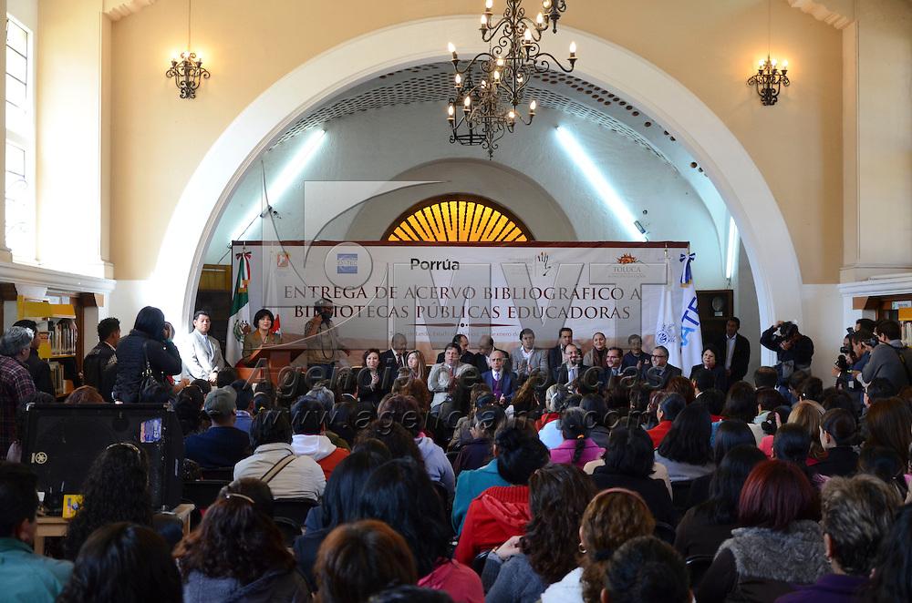 Toluca, México.- Martha Hilda González Calderón, alcaldesa de Toluca recibió de José Antonio Pérez Porrúa Porrúa, Director  General de la editorial Porrúa la donación de más de 16 mil libros para las bibliotecas públicas de Toluca, como una forma de seguir fomentando la lectura en los jóvenes. Agencia MVT / Arturo Hernández S.