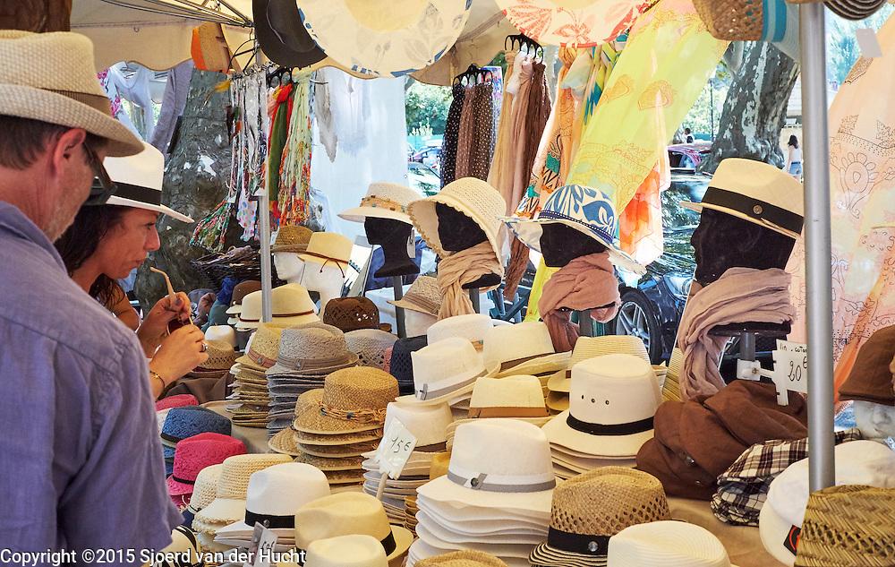 Hoeden op provençaalse markt in Aups, Frankrijk - Hats at provençal market in Aups, France