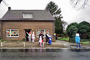 Nederland, Groesbeek, 3-3-2019Mensen in carnavalskledij staan aan de weg te wachten tot er praalwagens voorbij komen.Rozenmaondag .Foto: Flip Franssen