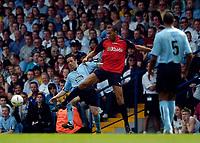 Fotball<br /> England 2004/2005<br /> Foto: SBI/Digitalsport<br /> NORWAY ONLY<br /> <br /> Lucas Radebe Testimonial, Leeds United XI v International XI, 02/05/2005.<br /> <br /> John Carew (C) holds off Gary Kelly, as Lucas Radebe looks on.