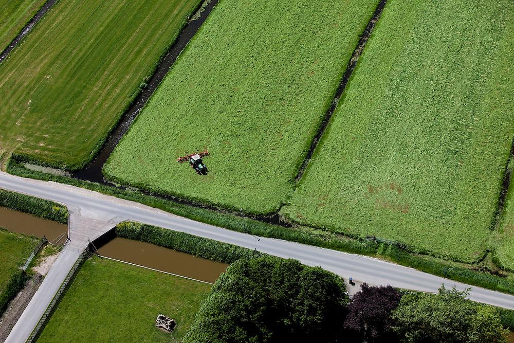 Nederland, Zuid-Holland, Groene Hart, 12-05-2009; Polder Nieuwkoop, traktor is vers gemaaid gras aan het keren zodat het verder kan drogen in de zon..Swart collectie, luchtfoto (toeslag); Swart Collection, aerial photo (additional fee required).foto Siebe Swart / photo Siebe Swart