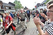 Nederland, Elst, 17-7-2012Doorkomst door Elst van de 96e 4 daagse  Af en toe valt er regen . Deze dag gaat via de waalbrug naar de Betuwe en wordt wel de dag van Elst genoemd. De vierdaagse is het grootste wandelevenement ter wereld.Foto: Flip Franssen/Hollandse Hoogte