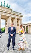 BERLIJN, 05-07-2021,  Brandenburger Tor<br /> <br /> Koning Willem Alexander en Koningin Maxima tijdens het Staatsbezoek aan Duitsland. Het bezoek aan Berlijn vormt de afronding van een reeks deelstaatbezoeken die het Koninklijk Paar sinds 2013 aan Duitsland heeft gebracht. <br /> <br /> King Willem Alexander and Queen Maxima during the state visit to Germany. The visit to Berlin concludes a series of state visits that the Royal Couple has made to Germany since 2013. FOTO: Brunopress/Patrick van Emst<br /> <br /> Op de foto / On the photo: Fotomoment bij de Brandenburger Tor met burgemeester Muller / Photo moment at the Brandenburg Gate with Mayor Muller