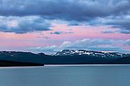 VILDMARKSVÄGEN JULI 2020<br /> Midnatt vid Stora Blåsjön och utsikten från vår stuga på Camp Stora Blåsjön.<br /> Foto: Per Danielsson/Projekt.P